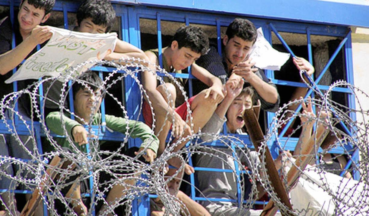 Illegale Einwanderer in einem griechis...de in den Auffanglagern demonstrieren.  | Foto: archivfoto: dpa