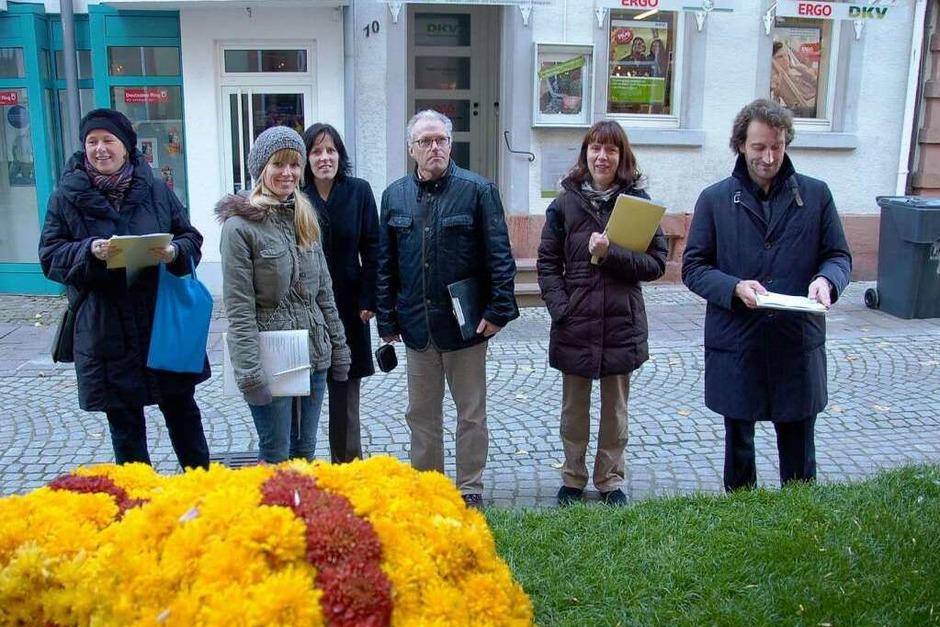 Die Jury, die die Blumenwagen bewertet, bei der  Arbeit. (Foto: Christian Kramberg)