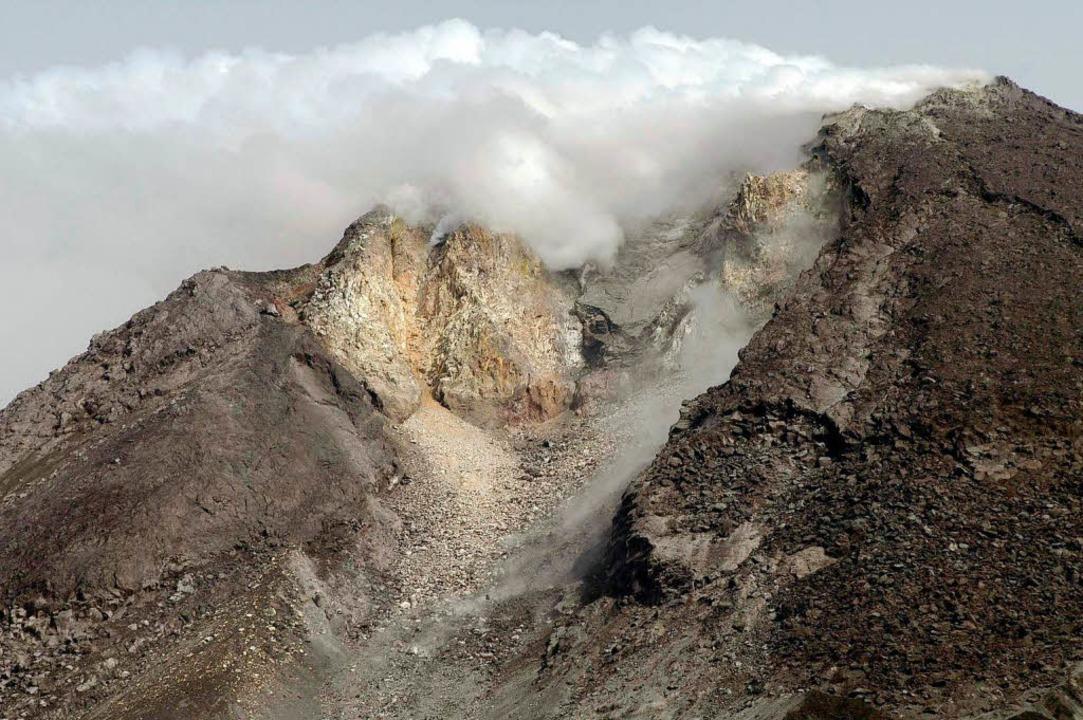 Aktive Erde: Das Erdbeben fällt zeitlich mit einem Vulkanausbruch zusammen.  | Foto: dpa