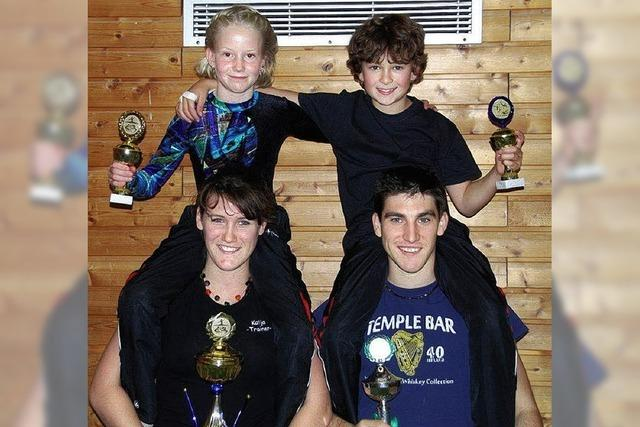 Katja und Alexander holen die Pokale