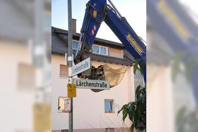 Bagger greift in die Lärchenstraße