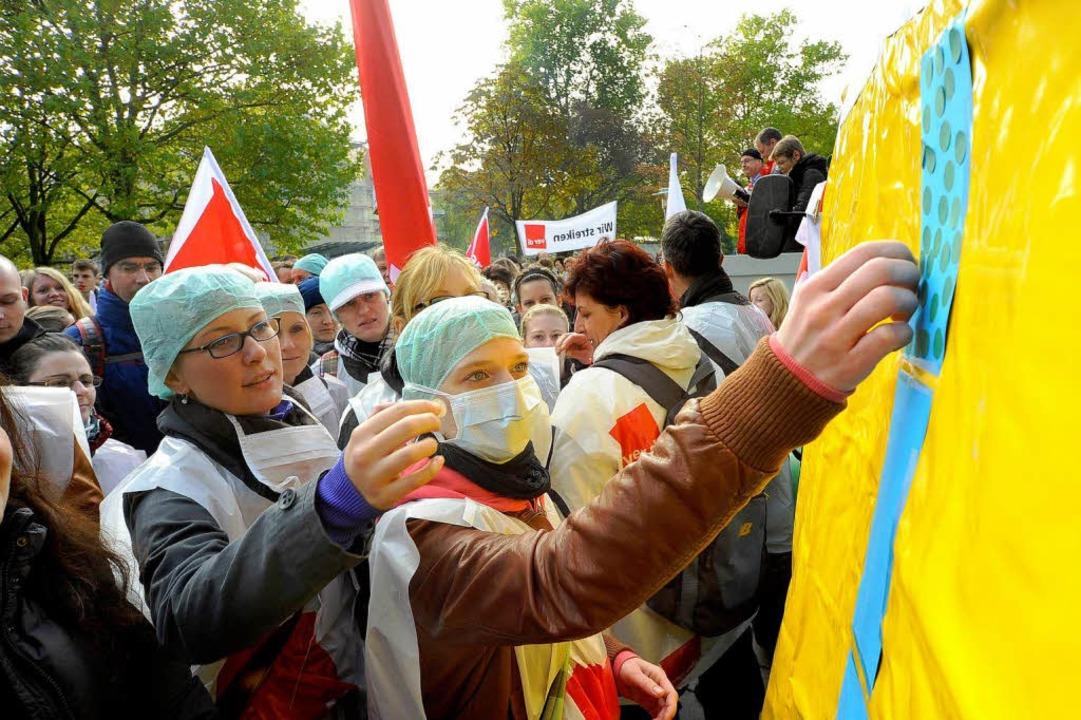 Angestellte der Freiburger Uniklinik beteiligten sich an dem Warnstreik  | Foto: Thomas Kunz