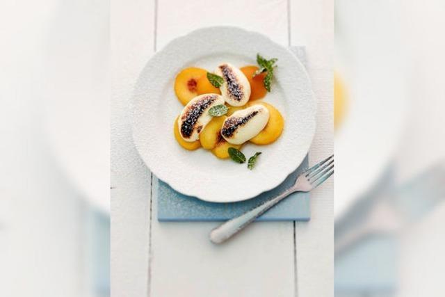 Pochierte Pfirsiche mit gratinierten Quarknockerln