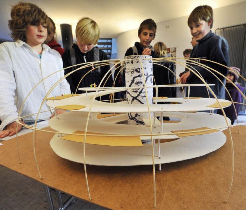 Freiburger Schulen beim Modellbauwettb...iums  ein Bestattungsmuseum (rechts).   | Foto: Fotos: Michael Bamberger
