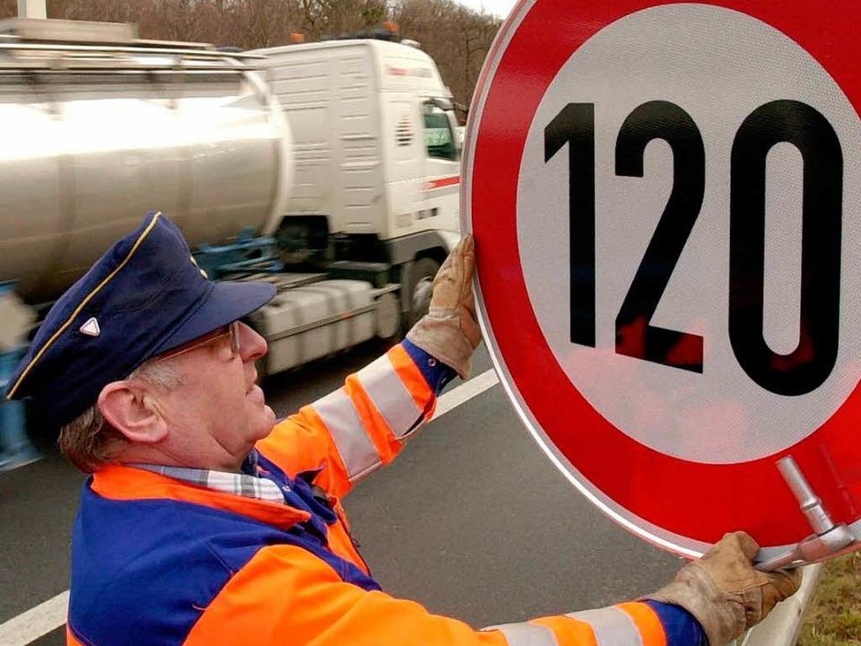 Bald Tempo 120 oder Tempo 130 auf deutschen Autobahnen.  | Foto: dpa