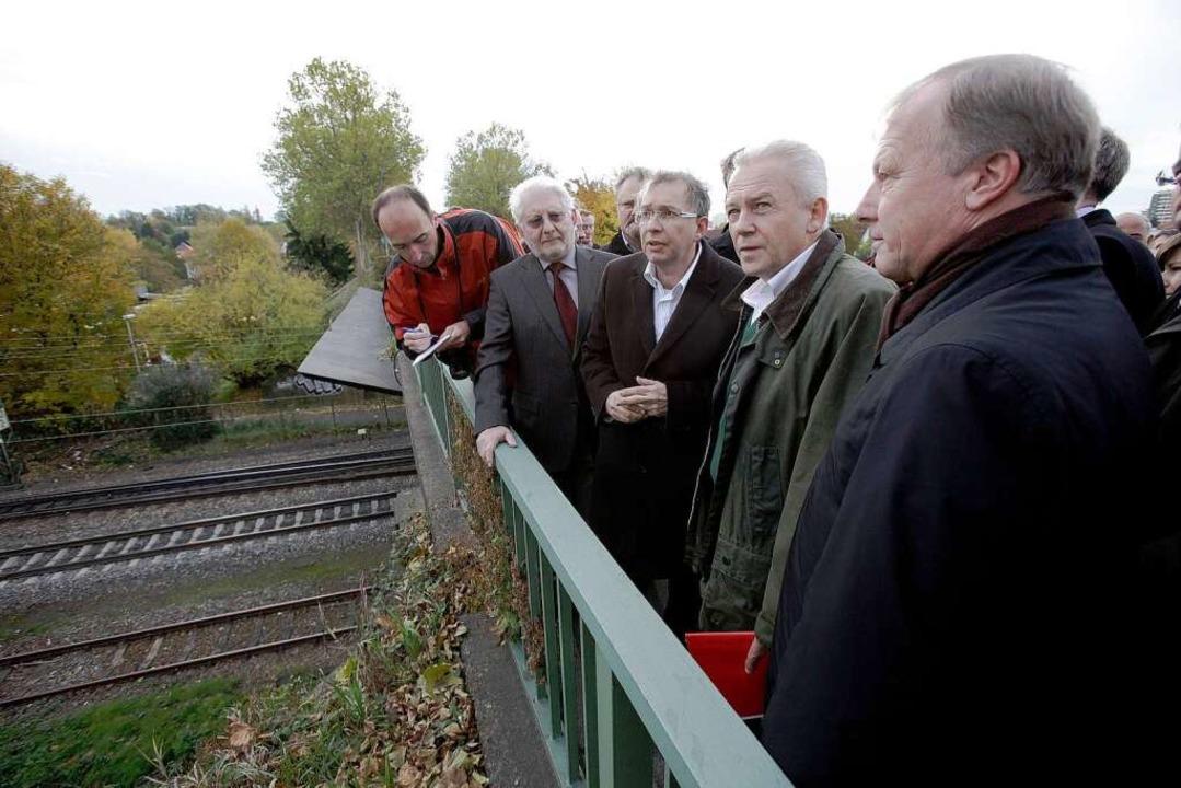 Grube informiert sich über die Probleme der Bahnplanung auf der Bahnbrücke.  | Foto: Christoph Breithaupt