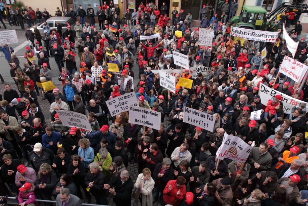 Demonstration vor dem Kenzinger Rathaus.    Foto: Patrik Müller