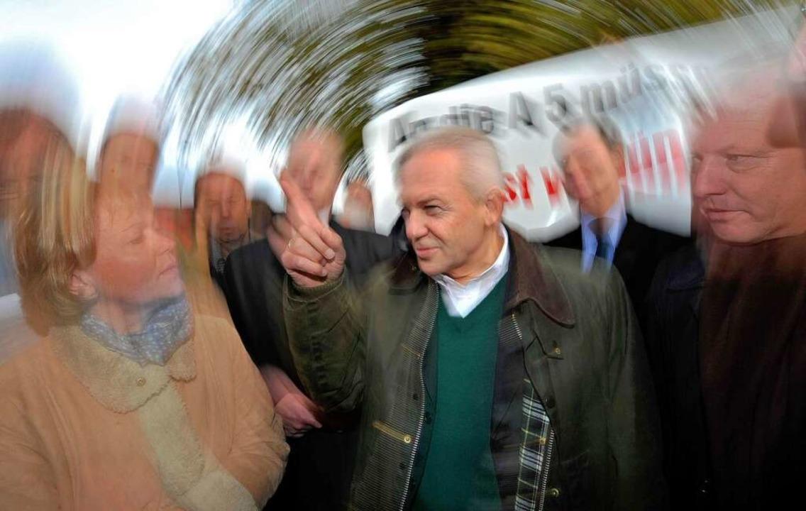 Rüdiger Grube im Gespräch mit Bürgerinnen und Bürgern.  | Foto: dpa