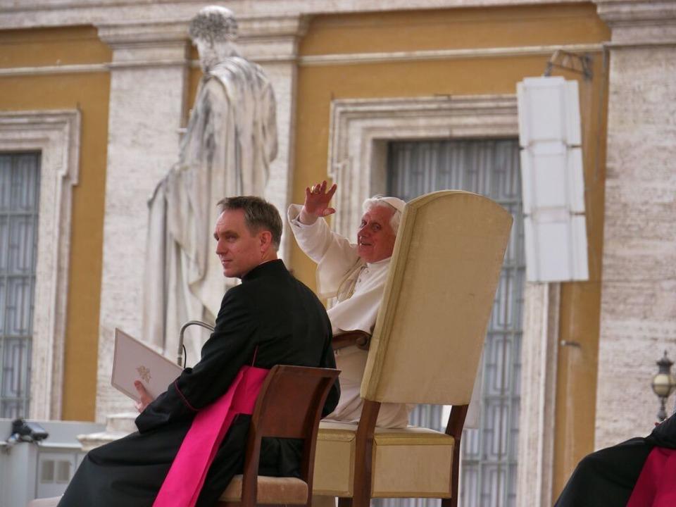 Der Papst und sein Privatsekretär Gäns...reits einen Wink in Richtung Freiburg?  | Foto: Joachim Röderer