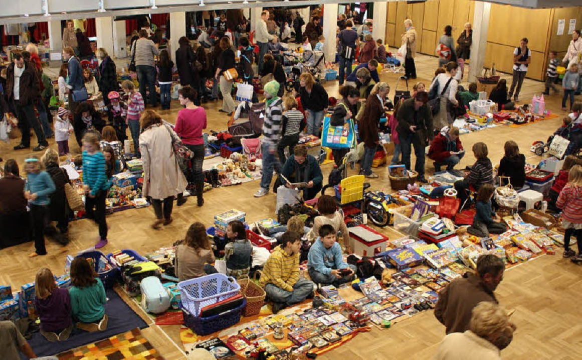 Der Bürgersaal war am Samstag gut gefüllt beim BZ-Kindertrödelmarkt.   | Foto: Hannah Klusmann