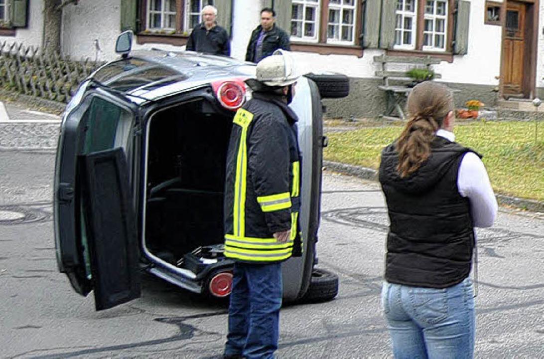 Umgekippt: Ein ungewöhnlicher Unfall i... einen Großeinsatz der Feuerwehr aus.   | Foto: aqfo