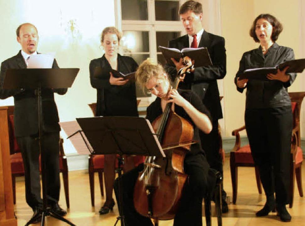 Florian Cremer (links) mit Chor und Be...beim Concert spirituel in St. Peter.    | Foto: Kugler