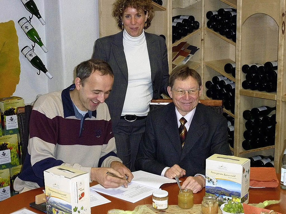 "Andreas Hess (links),  Diana Pretzell ...;Kaiserlich Genießen""Produkten.   | Foto: Plenum Kaiserstuhl"