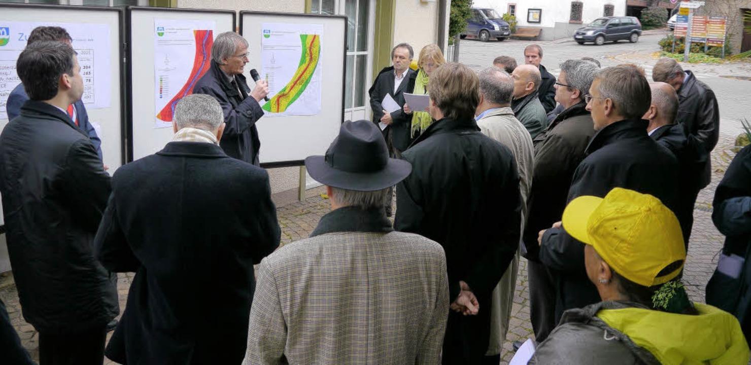 Landrat Walter Schneider vor den Lärmaktionsplänen beim Bad Bellinger Rathaus   | Foto: Katharina Meyer