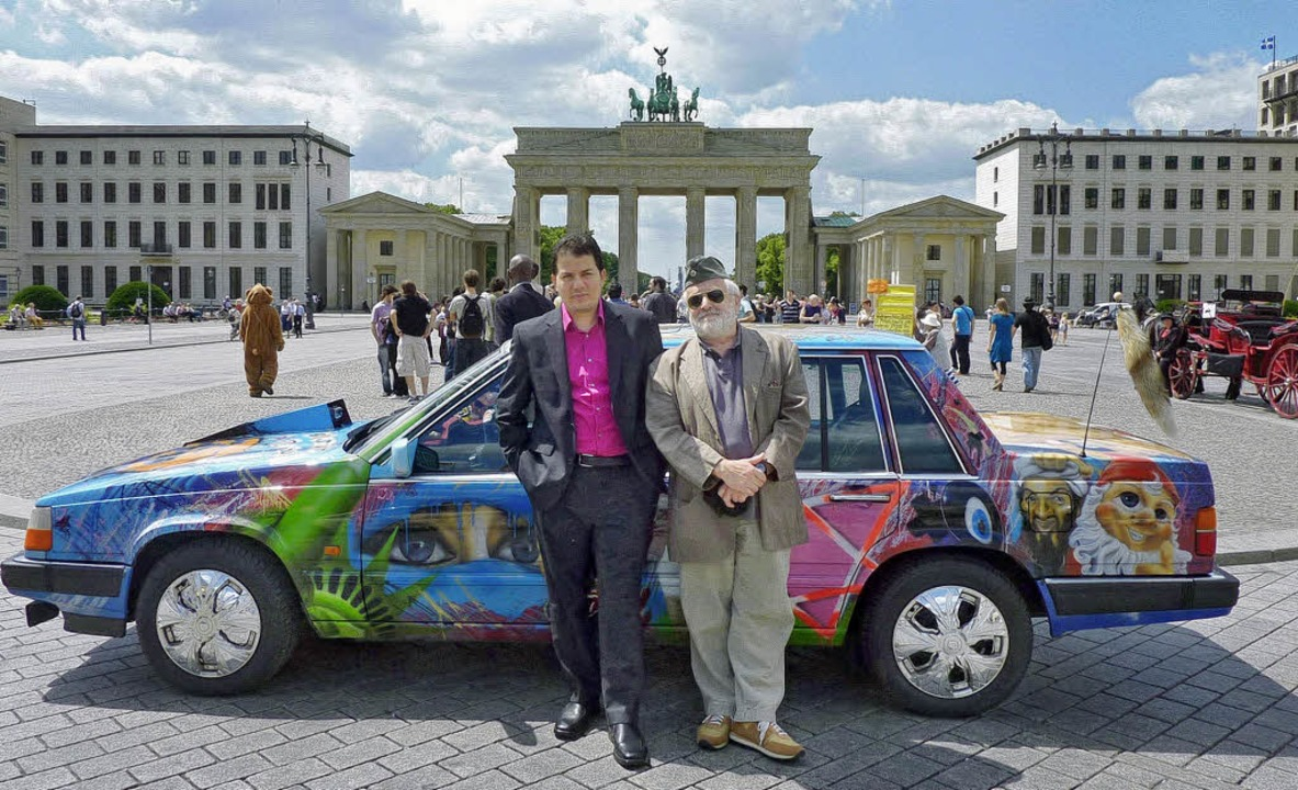 In einem  aufgepeppten Volvo durch Deu...el Samad (links) und Henryk M. Broder   | Foto: HR