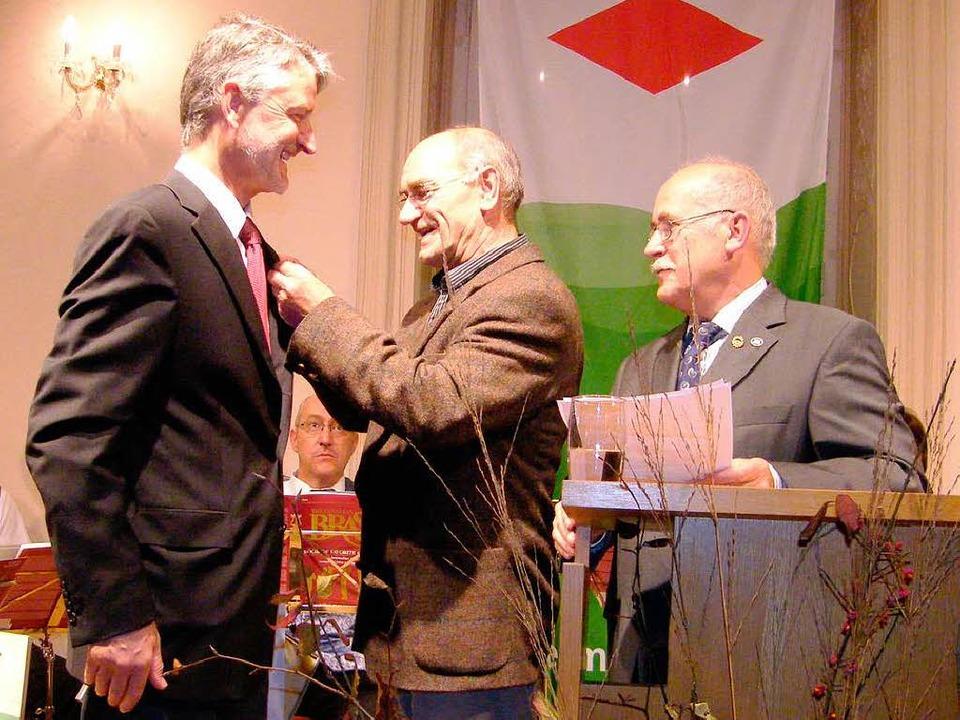 Vorsitzender Friedbert Zapf wurde von ...l für seine Verdienste  ausgezeichnet.  | Foto: Martha Weishaar