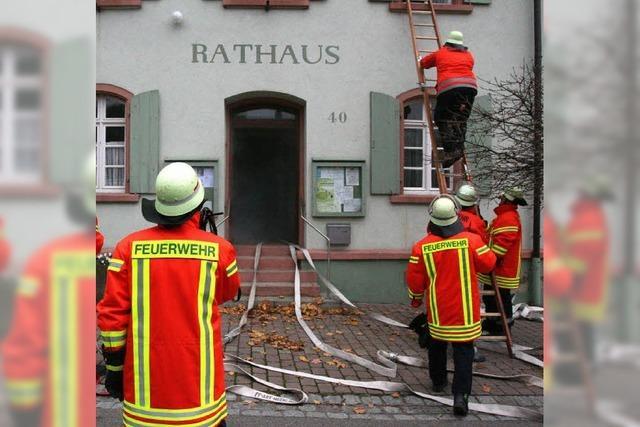 Rauchschwaden rund ums Hecklinger Rathaus
