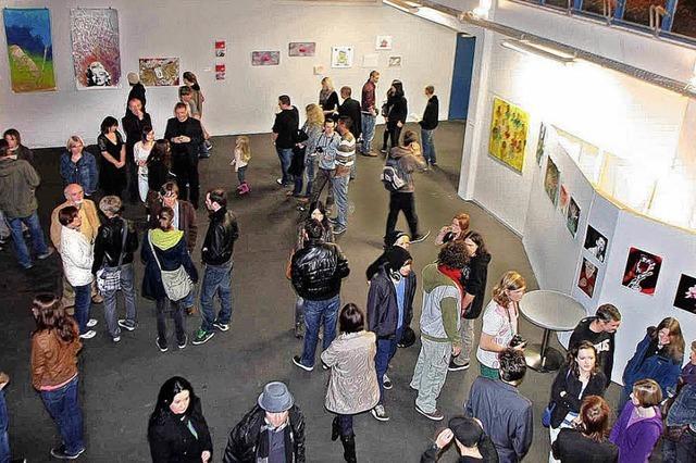 Junge Menschen zeigen ihre Kunst