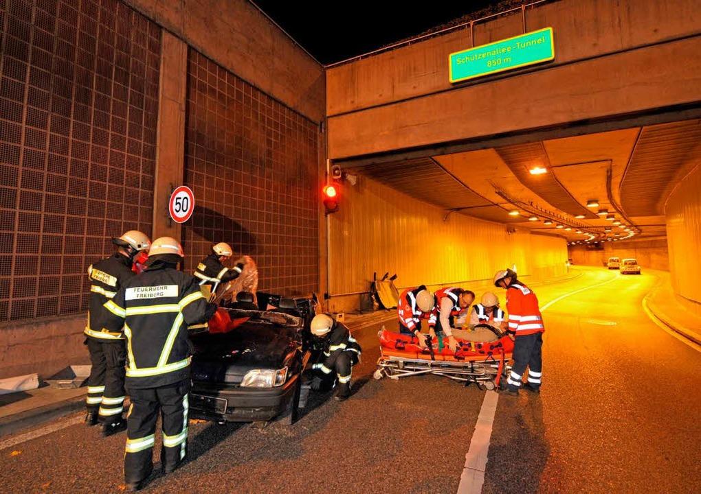 Übung morgens um 4 Uhr: Feuerwehr und ...en im und am B31-Tunnel den Ernstfall.  | Foto: Patrick Seeger