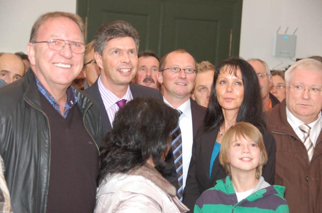 Die Anspannung wich bald der Gewisshei...) bleibt Bürgermeister von Schopfheim.  | Foto: André Hönig
