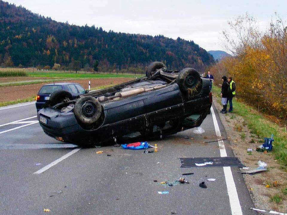 Das Unfallauto landete auf dem Kopf.  | Foto: polizei