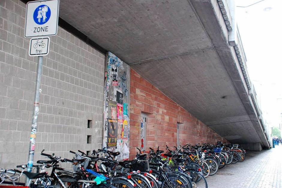 """Fahrradständer unter der Stadtbahnbrücke, GPS: 47°59'46.04""""N,  7°50'31.26""""E (Foto: Carlotta Huber)"""