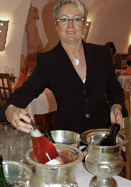 Petra Hanning kredenzt ihr Gerberbräu in Sektflaschen  | Foto: Umiger