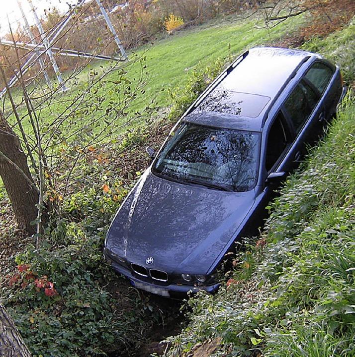Mit dem Schrecken davon kamen die drei Insassen dieses Autos bei Rümmingen.   | Foto: Polizei