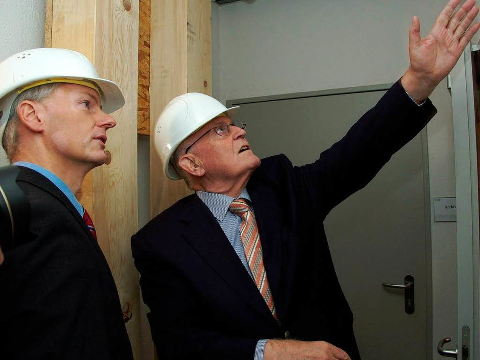 Bürgermeister Michael Benitz (links) z...udeteil des Rathauses, das leer steht.  | Foto: Hans Christof Wagner