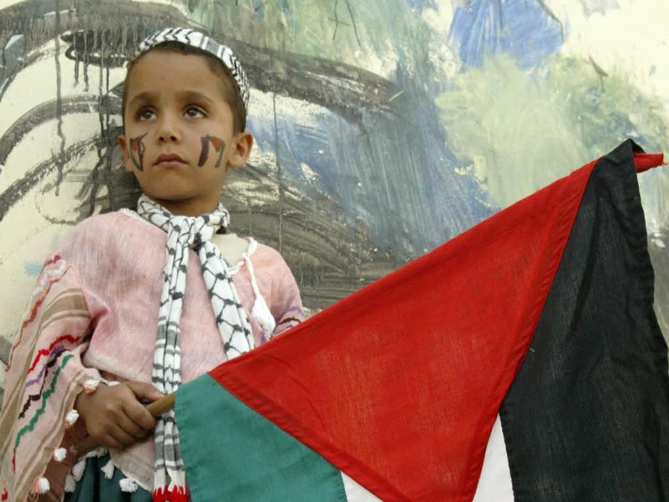 Kind mit palästinensischer Fahne.  | Foto: AFP