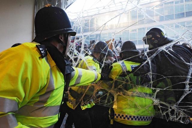 Text & Video: Studenten stürmen Parteizentrale in London