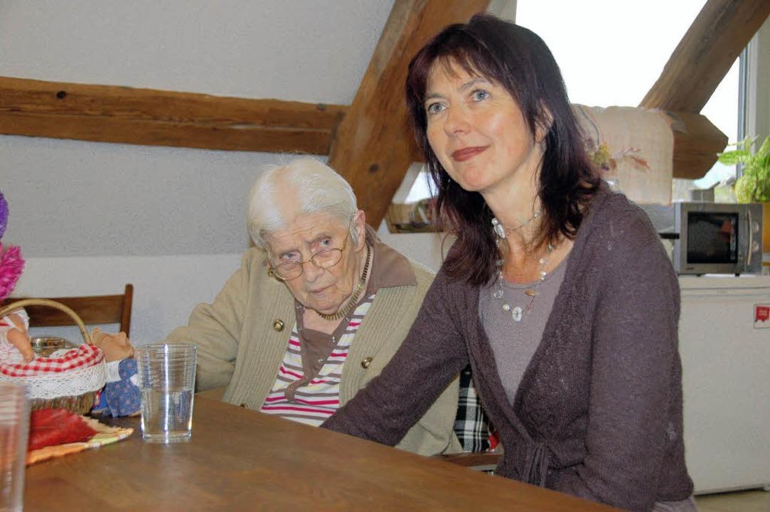 Agnes Holzer (90) mit ihrer Tochter El..., an dem so viele Erinnerungen hängen.  | Foto: Lukas Wiesenhütter