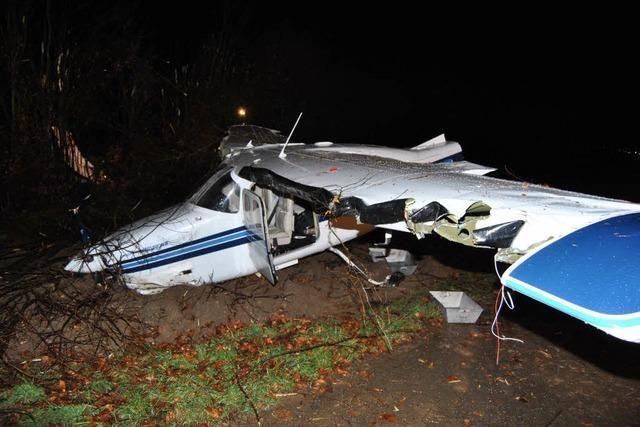 Cessna streift Sträucher und stürzt ab