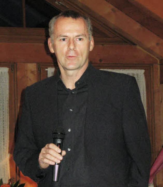 Michael Nehls präsentiert den Film über sein  Rennen.   | Foto: R. Kiener