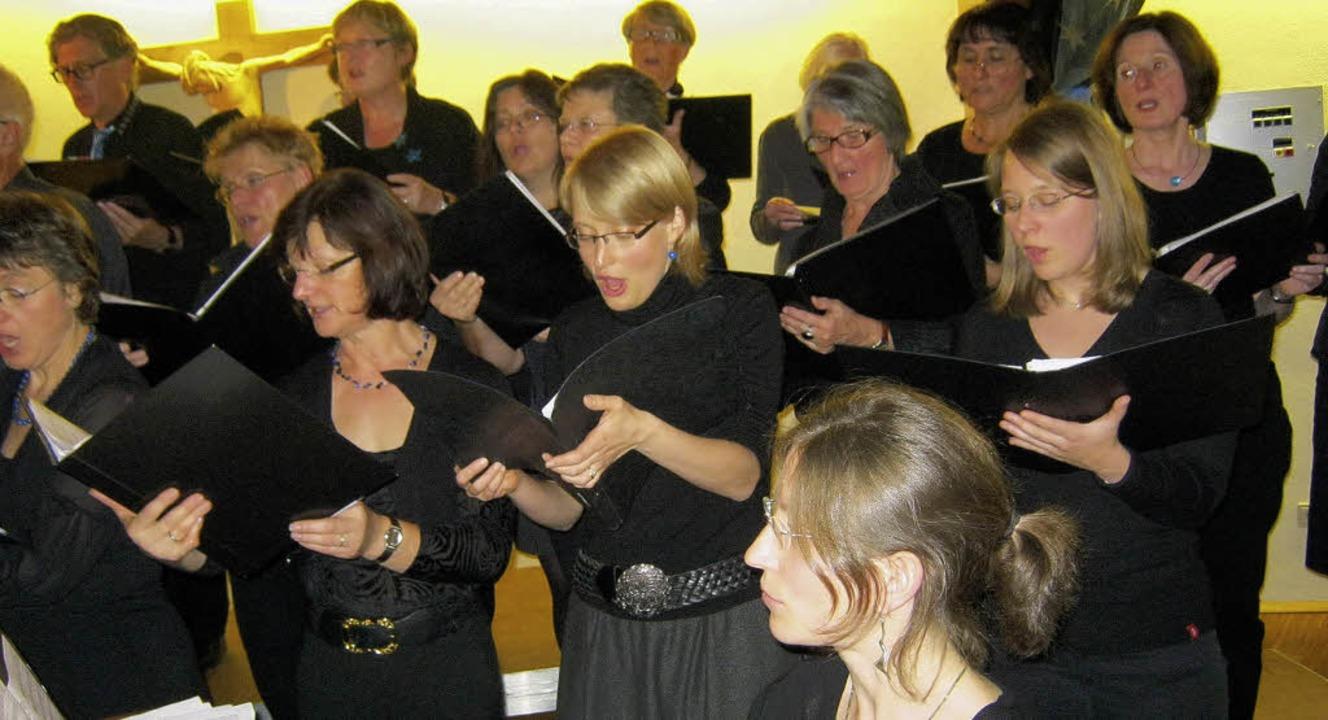 Haben Freude am Singen: Die Mitglieder...r Chorioso, der zehn Jahre alt wurde.   | Foto: Freyer