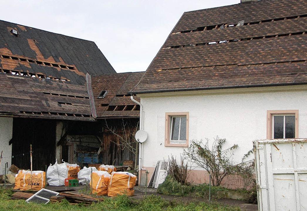 Die  asbesthaltigen Dachplatten stehen...dem die Abrissarbeiten vorerst ruhen.   | Foto: manfred frietsch
