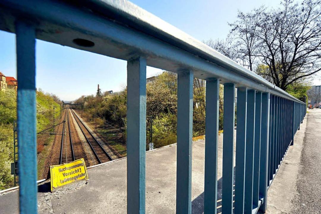 Die Brücke über der Güterzug-Strecke i...reisacher Straße muss gestützt werden.  | Foto: Thomas Kunz