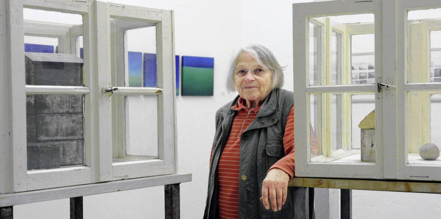 Gertraud Salamon inmitten ihrer Arbeiten im Atelier, das sie nun aufgeben wird.   | Foto: Ingo Schneider