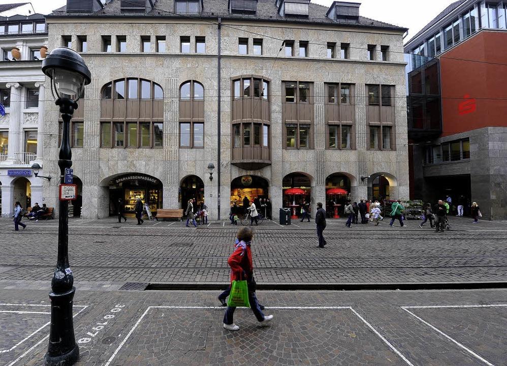Das Gebäude, das die Sparkasse abreiße... des Vorgängerbaus an, sagen Kritiker.    Foto: schneider