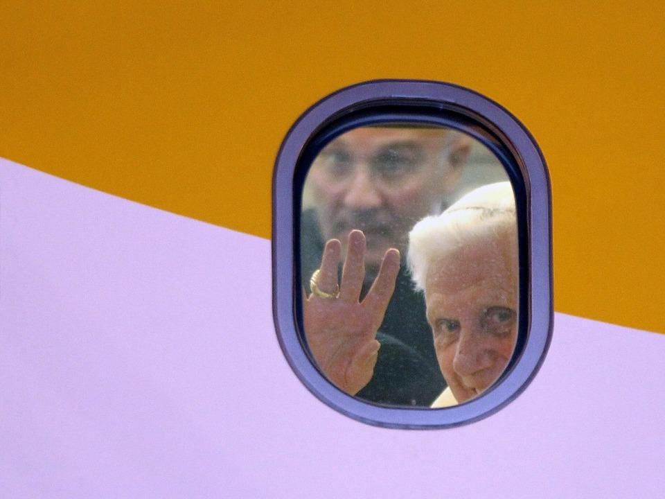 Nächstes  Jahr soll der Papst in Freiburg landen.  | Foto: dpa