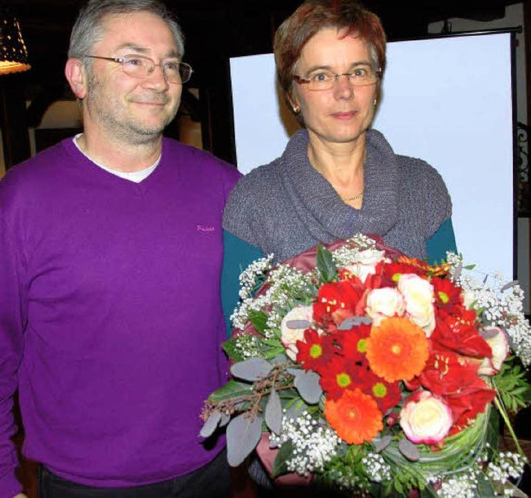 Stefan Brachmann überreicht der Pro-Vorsitzenden Marita Schmieder einen Strauß    Foto: elfriede mosmann
