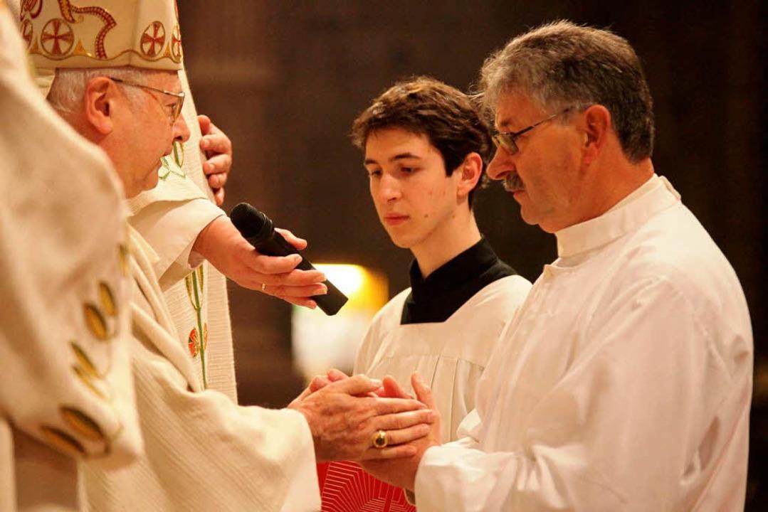 Klaus Heuberger (rechts) aus Seelbach ...  Robert Zollitsch zum Diakon geweiht.  | Foto: Benedikt Plester