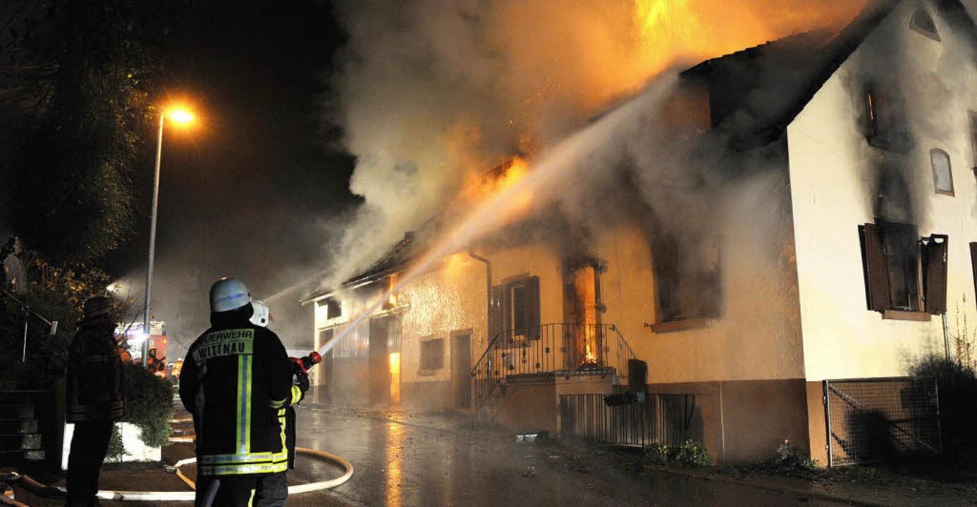 Als die Feuerwehr Wittnau anrückte, schlugen schon Flammen aus dem Dach.     Foto: Seeger/DPA