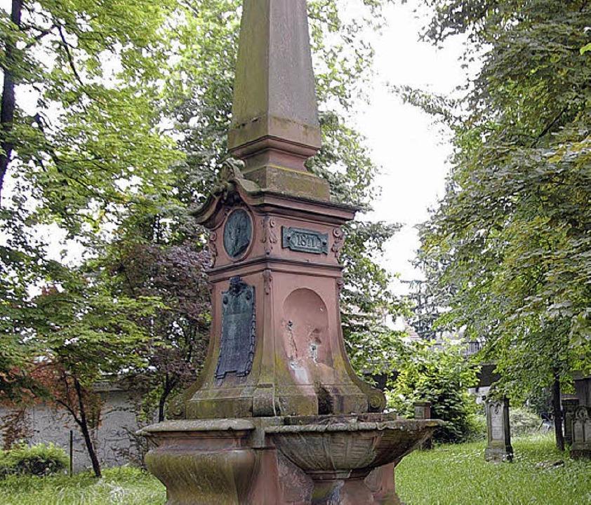 Führt ein Schattendasein: Das Kriegerdenkmal auf dem Alten Friedhof.    Foto: Gerhard Walser