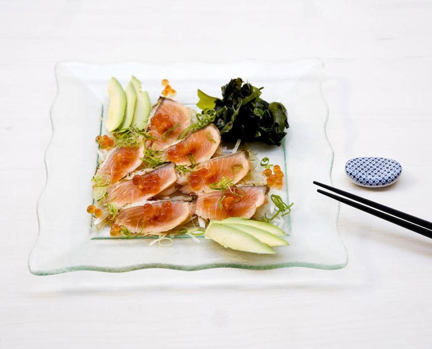 Sake Tataki:  leicht angebratener Lachs mit Avocado und Lachskaviar    | Foto: Michael Wissing