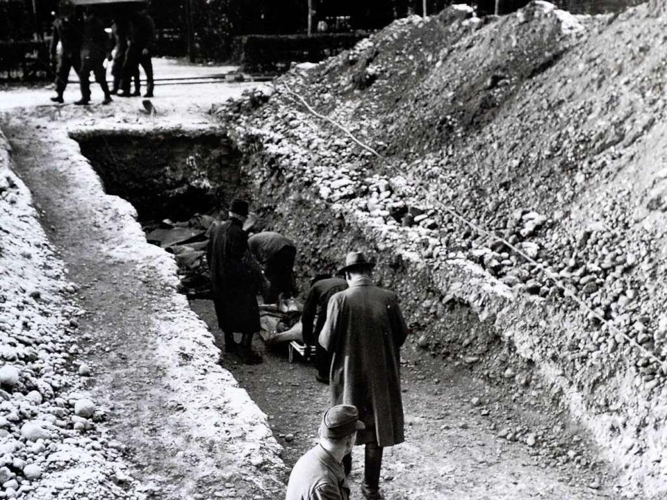 Bestattung im Massengrab 1944  | Foto: Repro: Ingo Schneider