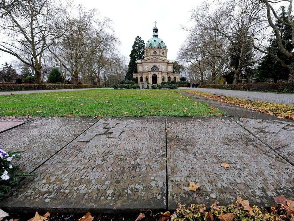 An die geborgenen Toten erinnern Stein...grab auf dem  Hauptfriedhof einfassen.  | Foto: Ingo Schneider