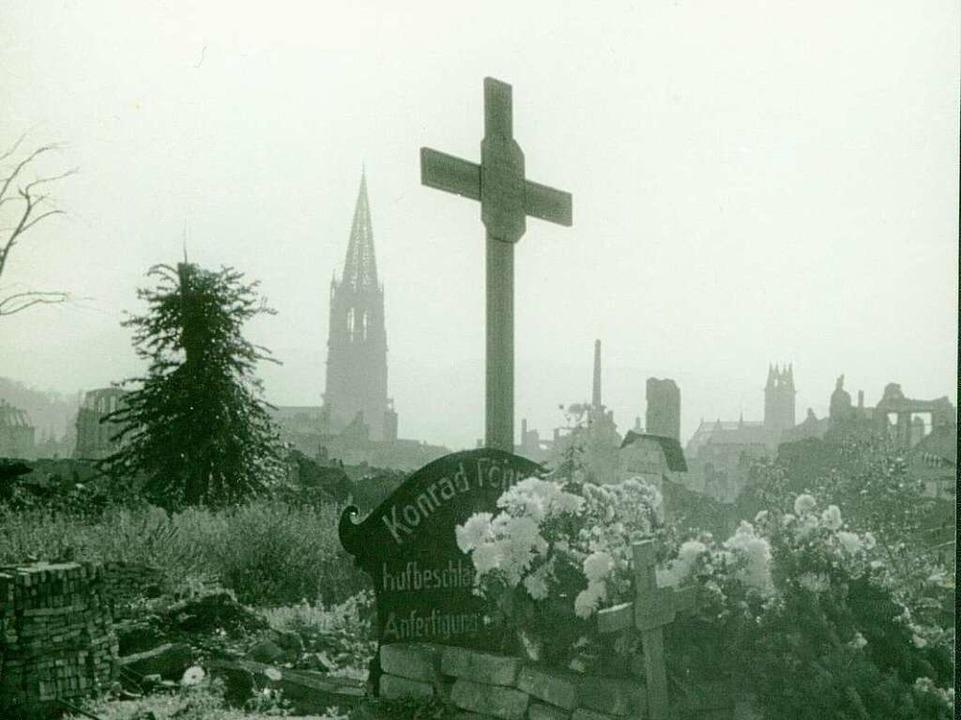 Fast wie im Mittelalter: ein Friedhof ...Föhrenbach und Angehörige verschüttet.  | Foto: Karl Müller (Stadtarchiv)