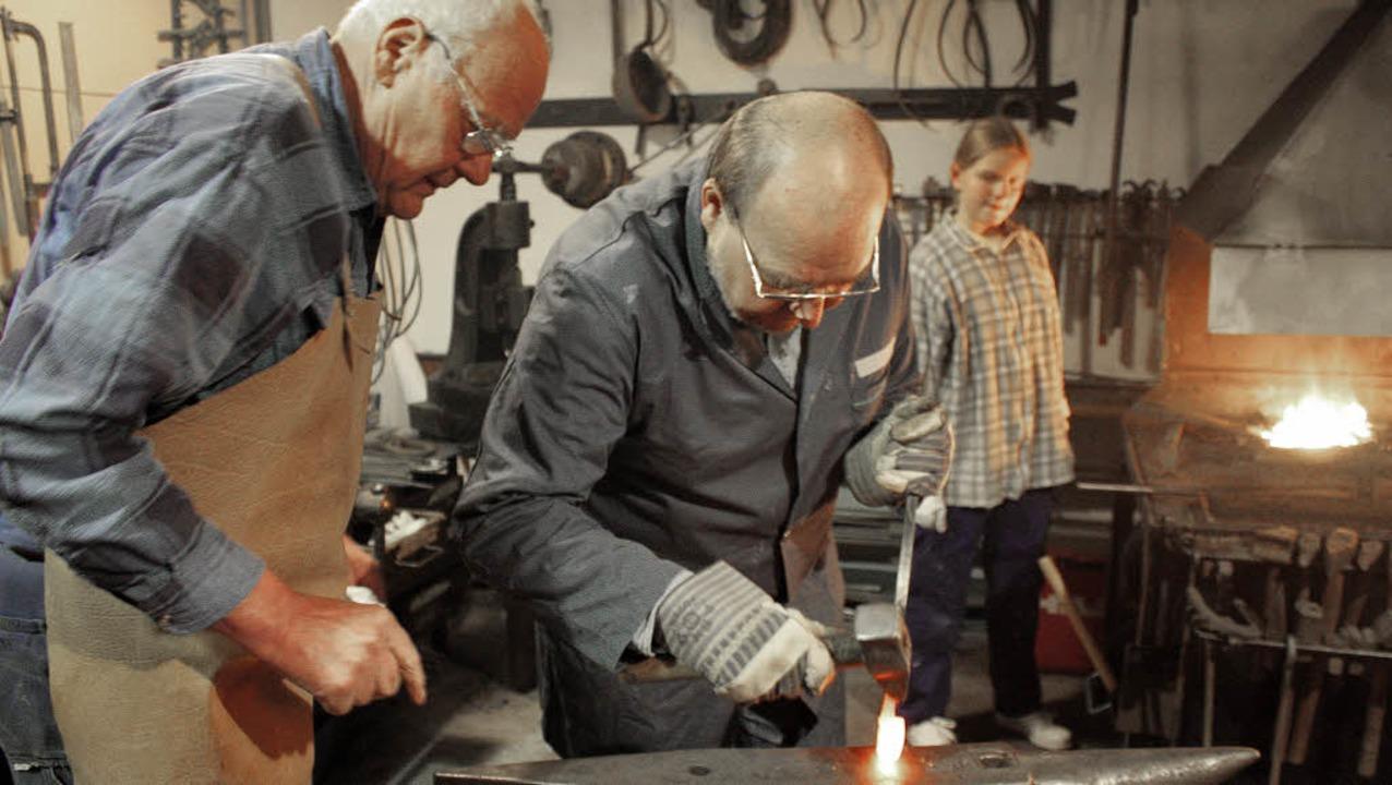 Schmied Franz Schitterer erklärt Peter... in der Alten Schmiede wie's geht.  | Foto: Julia Jacob