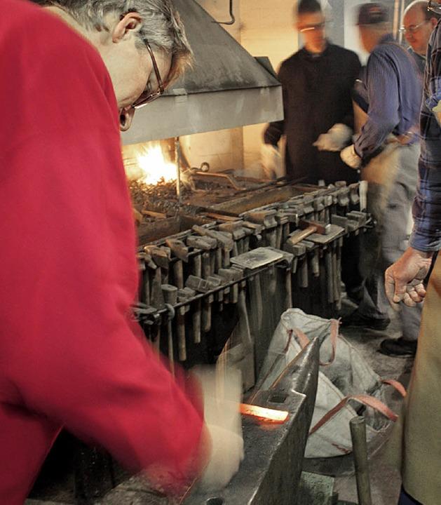 Jens Fennen  übt das Langziehen von Eisen.  | Foto: Julia Jacob